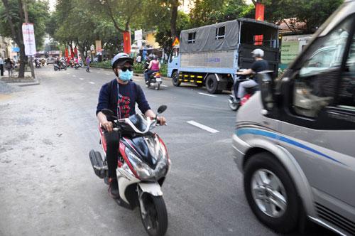 Niêm phong, cẩu ô tô chiếm vỉa hè ở trung tâm Sài Gòn - Ảnh 8.