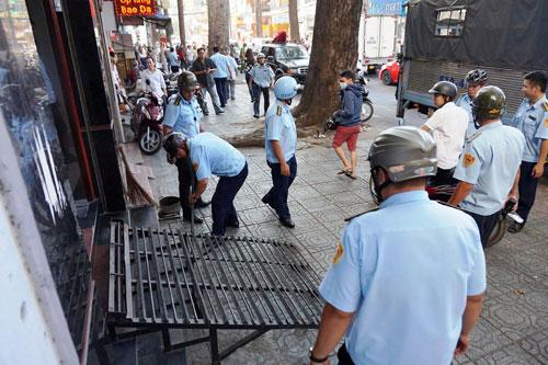 Niêm phong, cẩu ô tô chiếm vỉa hè ở trung tâm Sài Gòn - Ảnh 9.