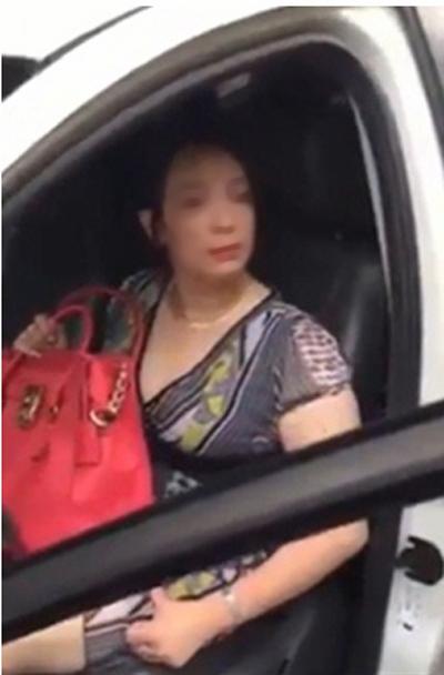 Kiều nữ Hải Dương cố thủ trong ô tô, buông lời khiếm nhã - Ảnh 3.