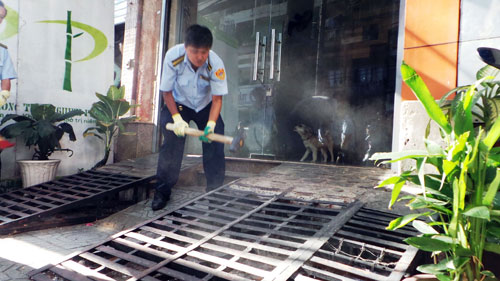 Niêm phong, cẩu ô tô chiếm vỉa hè ở trung tâm Sài Gòn - Ảnh 10.