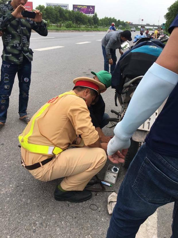 Hàng loạt xe dính bẫy đinh trên cao tốc Hà Nội - Bắc Giang, tài xế khóc dở mếu dở giữa trời nắng - Ảnh 8.