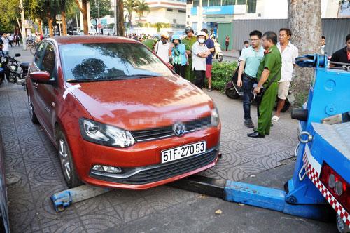 Niêm phong, cẩu ô tô chiếm vỉa hè ở trung tâm Sài Gòn - Ảnh 3.