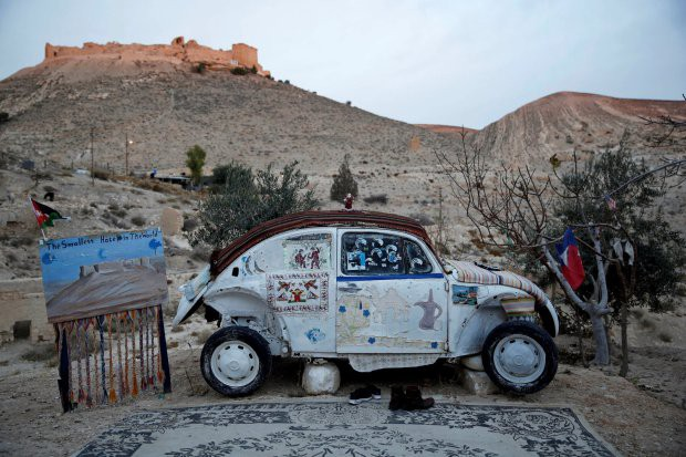 Volkswagen Beetle biến thành khách sạn nhỏ nhất thế giới - Ảnh 1.