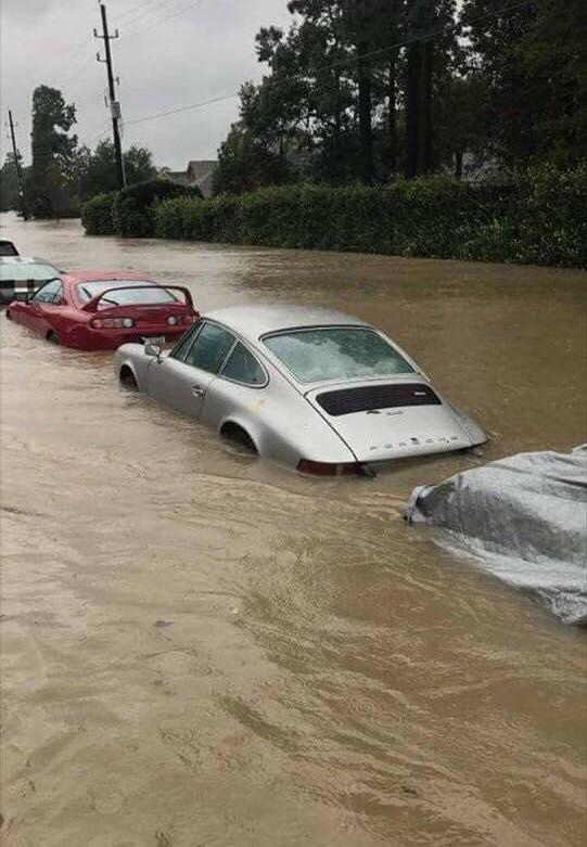 Nhiều siêu xe và xe thể thao chìm trong nước lũ sau cơn bão Harvey tại Mỹ - ảnh 3