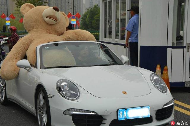 Thiếu gia lái Porsche 911 Targa, chở theo gấu bông cao 2,5 m đi tỏ tình với bạn gái và cái kết - Ảnh 1.