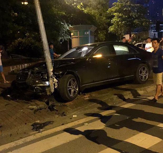 Hà Nội: Tông gãy cột điện trên vỉa hè, Mercedes-Benz S400 4 tỷ Đồng nát đầu - Ảnh 1.