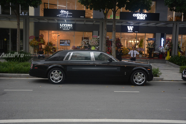 Hàng hiếm Rolls-Royce Phantom Rồng xuất hiện trong buổi khai trương một cửa hàng tại quận 2 - Ảnh 2.