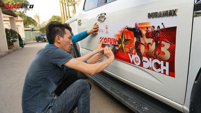 Ủng hộ U23 Việt Nam, doanh nghiệp Việt dán decal ô tô, xe máy miễn phí - Ảnh 1.