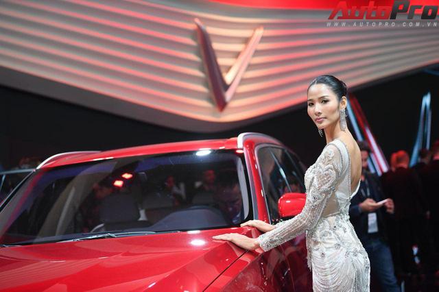 Ảnh: David Beckham cùng Hoa hậu Việt Nam 2018 Trần Tiểu Vy bên cạnh cặp đôi xe VinFast tại Paris - Ảnh 22.
