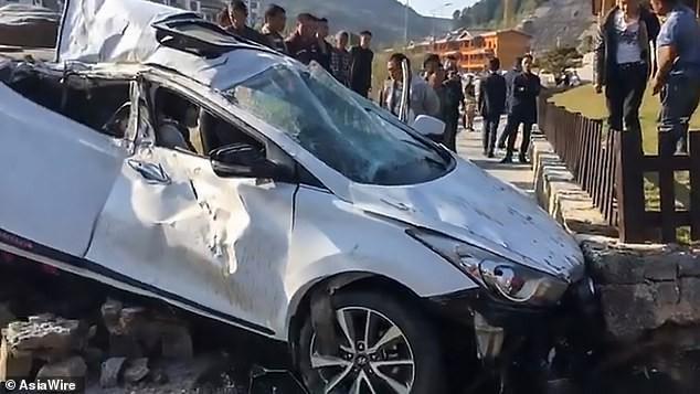 Clip: Người phụ nữ bị bắn tung khỏi xe sau cú đâm kinh hoàng - Ảnh 3.