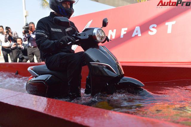 Ngắm VinFast Klara lội nước nửa mét nhẹ nhàng: Xe máy điện thông minh không ngại lụt lội Việt Nam - Ảnh 8.