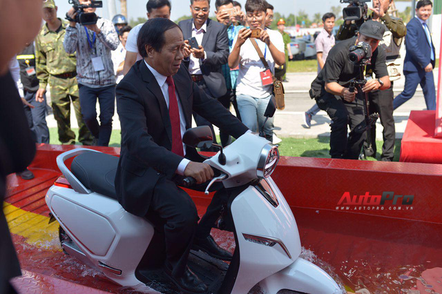 Ngắm VinFast Klara lội nước nửa mét nhẹ nhàng: Xe máy điện thông minh không ngại lụt lội Việt Nam - Ảnh 9.