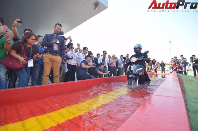 Ngắm VinFast Klara lội nước nửa mét nhẹ nhàng: Xe máy điện thông minh không ngại lụt lội Việt Nam - Ảnh 1.