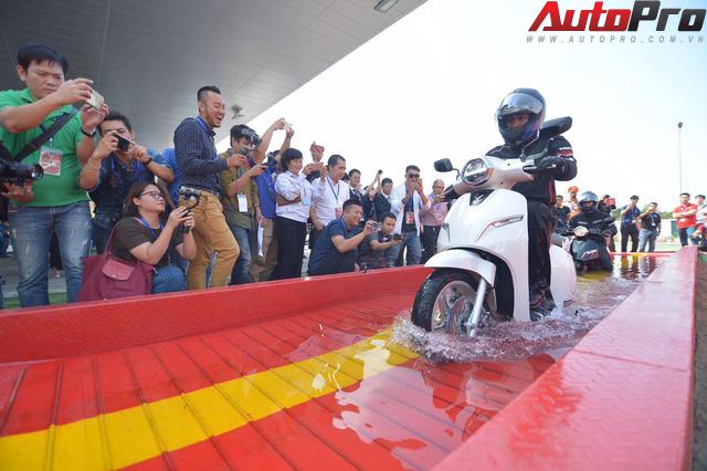 Ngắm VinFast Klara lội nước nửa mét nhẹ nhàng: Xe máy điện thông minh không ngại lụt lội Việt Nam - Ảnh 3.