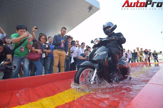 Ngắm VinFast Klara lội nước nửa mét nhẹ nhàng: Xe máy điện thông minh không ngại lụt lội Việt Nam - Ảnh 2.
