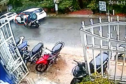 Clip: Mở cửa ô tô thiếu quan sát, nữ tài xế khiến một gia đình đi xe máy ngã lộn nhào - Ảnh 2.