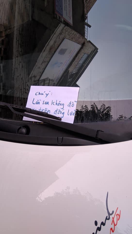 Đỗ xe ô tô trên đống than hồng rồi bỏ đi, tài xế may mắn được người dân dùng nước dập hộ - Ảnh 1.