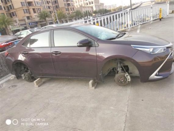 Đỗ xe ngoài đường, người phụ nữ dở khóc dở cười phát hiện xe ơi ở lại bánh đi nhé - Ảnh 1.