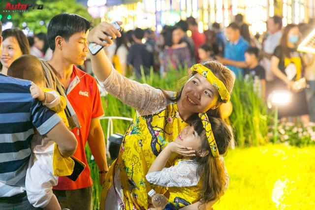 [Chùm ảnh] Phố Hoa Nguyễn Huệ rực sáng chào đón Tết Mậu Tuất - Ảnh 3.