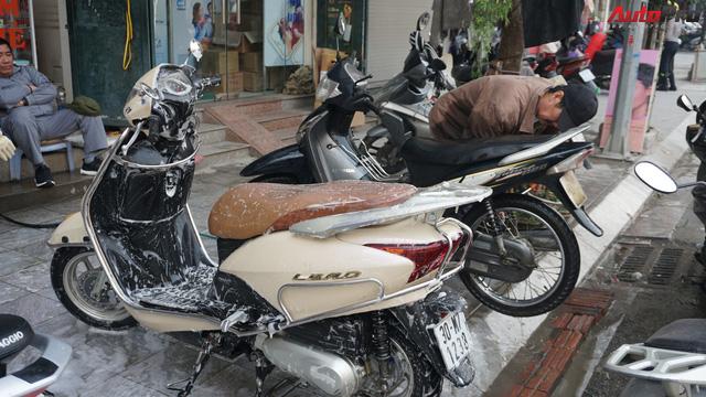 Loạn giá rửa xe cận Tết - có giá riêng cho xe nam và xe nữ - Ảnh 1.