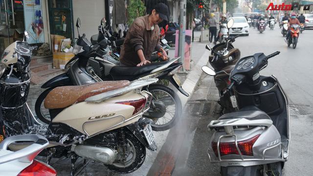Loạn giá rửa xe cận Tết - có giá riêng cho xe nam và xe nữ - Ảnh 2.