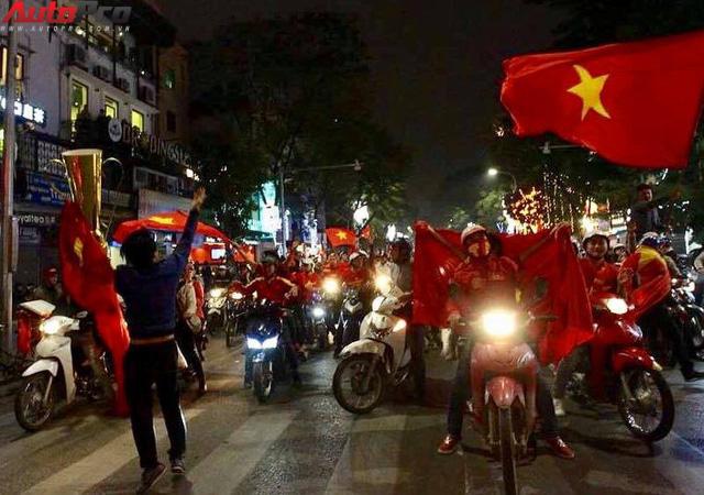 Ăn mừng U23 Việt Nam chiến thắng, cơn bão ô tô, xe máy ập ra phố Hà Nội trong đêm - Ảnh 3.
