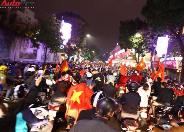 Ăn mừng U23 Việt Nam chiến thắng, cơn bão ô tô, xe máy ập ra phố Hà Nội trong đêm - Ảnh 5.