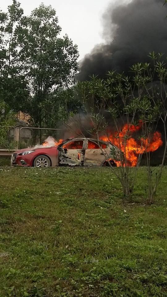 Mazda3 bốc cháy dữ dội khi đang lưu thông trên cao tốc Thái Nguyên - Hà Nội - Ảnh 2.