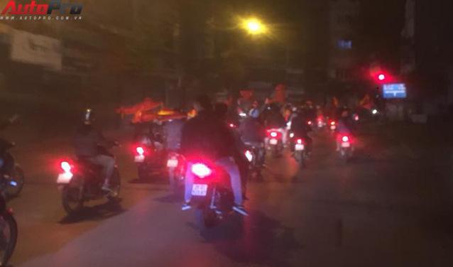 Ăn mừng U23 Việt Nam chiến thắng, cơn bão ô tô, xe máy ập ra phố Hà Nội trong đêm - Ảnh 9.