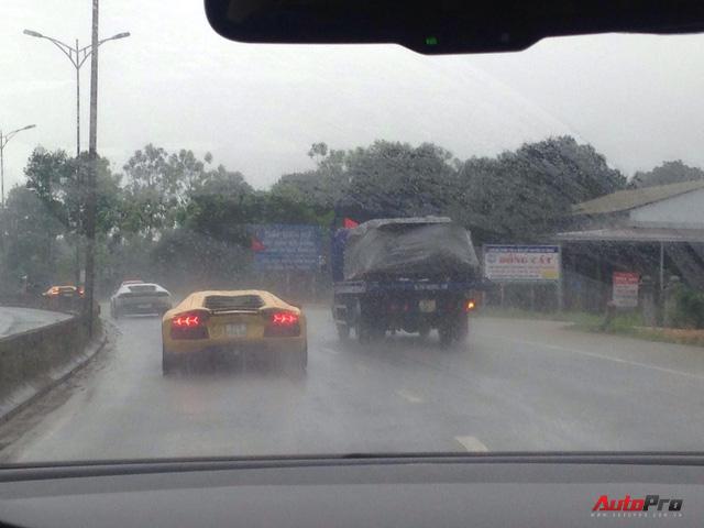 Trực tiếp hành trình siêu xe Car & Passion ngày cuối: Đoàn đến Lăng Cô, người dân hiếu kỳ bủa vây khiến xảy ra va chạm nhẹ - Ảnh 7.