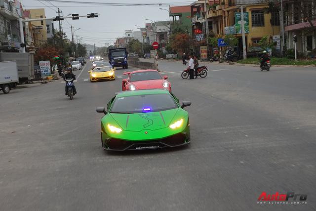 Trực tiếp hành trình siêu xe Car & Passion ngày cuối: Đoàn đến Lăng Cô, người dân hiếu kỳ bủa vây khiến xảy ra va chạm nhẹ - Ảnh 10.