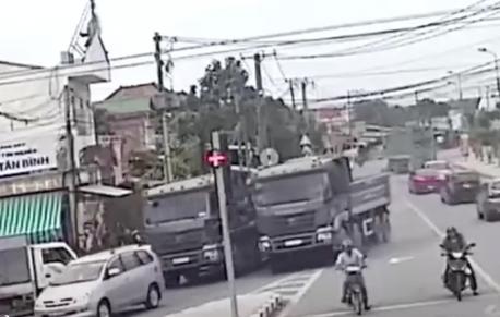 Đồng Nai: Ngỡ đường phố là trường đua, 2 chiếc xe ben đọ sức mạnh khiến người đi đường sợ hãi - Ảnh 1.