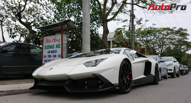 Bộ đôi Lamborghini Aventador độ khủng và Rolls-Royce Phantom chưa biển dạo chơi tại Hải Phòng - Ảnh 1.