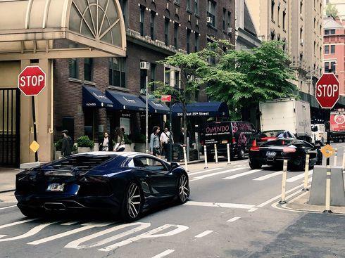 Lamborghini đỗ thành hàng bên ngoài hội thảo blockchain và tiền mã hóa tại New York, nhưng hóa ra toàn xe thuê - Ảnh 1.
