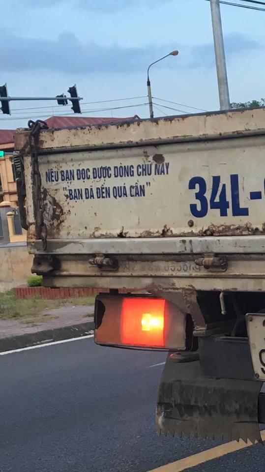 Dòng chữ ở đuôi xe tải khiến nhiều người tò mò tiến gần đọc, thấy rồi lại mong tránh xa - Ảnh 1.