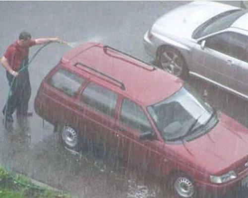 Tận dụng trời mưa để rửa xe: Tranh cãi tiết kiệm 50 nghìn và tác hại xước sơn xe mất tiền triệu - Ảnh 2.
