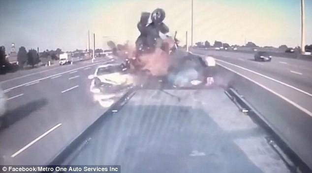 Clip: Bị hôn đuôi chưa đủ, chủ xe nhọ nhất năm còn suýt chết vì tai nạn liên hoàn - ảnh 1