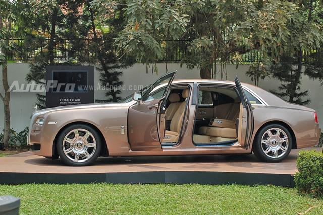Rolls-Royce Ghost với biểu tượng Spirit of Ecstasy phát sáng và biển số gánh tứ quý 9 lăn bánh trên phố Sài Gòn - Ảnh 6.