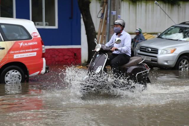 Phố nhà giàu ở Sài Gòn ngập sau mưa  - Ảnh 1.