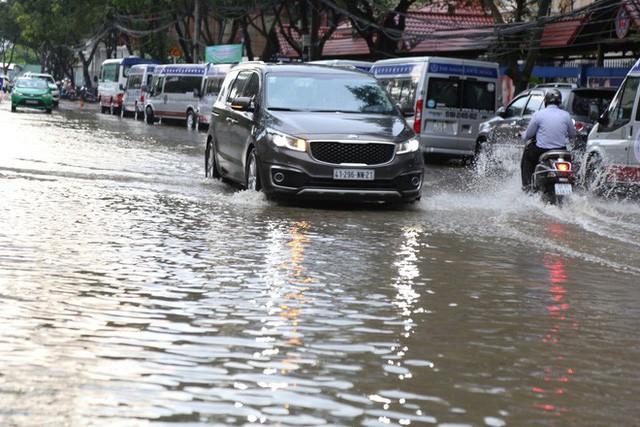 Phố nhà giàu ở Sài Gòn ngập sau mưa  - Ảnh 2.
