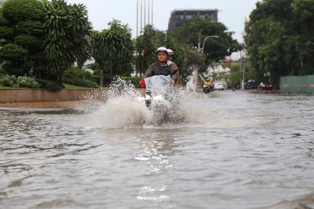 Phố nhà giàu ở Sài Gòn ngập sau mưa  - Ảnh 11.