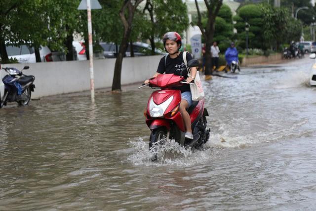 Phố nhà giàu ở Sài Gòn ngập sau mưa  - Ảnh 3.