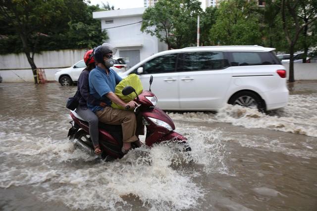 Phố nhà giàu ở Sài Gòn ngập sau mưa  - Ảnh 8.