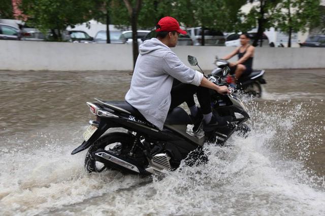 Phố nhà giàu ở Sài Gòn ngập sau mưa  - Ảnh 9.