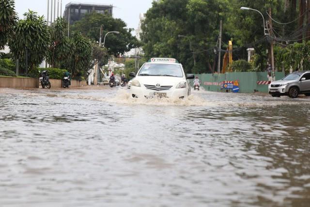 Phố nhà giàu ở Sài Gòn ngập sau mưa  - Ảnh 10.