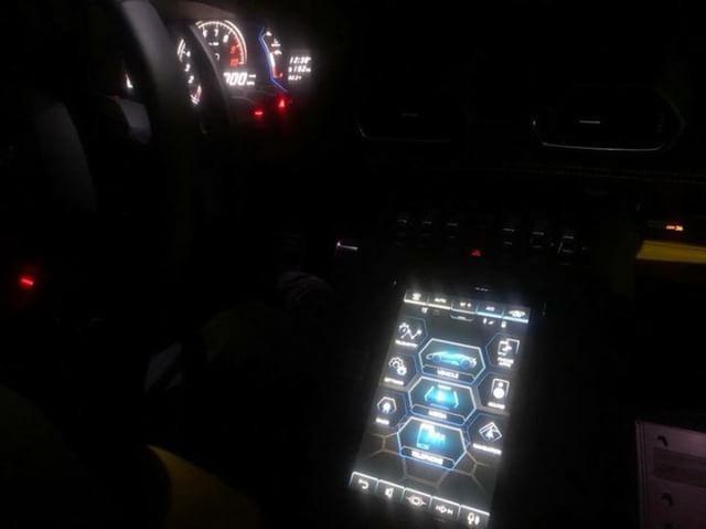 Lamborghini Huracan Spyder 2020 bat ngo lo dien Man cam ung thay bo nut bam chien dau co