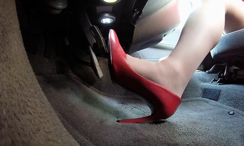 """""""Thảm hoạ"""" khi phụ nữ lái xe bằng giày cao gót - Ảnh 1."""