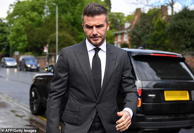 David Beckham bị tước bằng lái 6 tháng vì sử dụng điện thoại khi đang lái xe, rời tòa trên <a class=