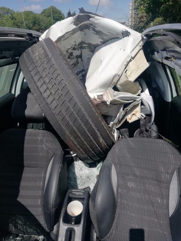 Tai nạn khó ngờ trên cao tốc: Xe container bất ngờ rụng bánh, tài xế Peugeot phía sau thoát chết thần kỳ - Ảnh 1.