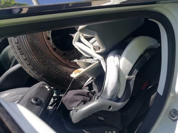 Tai nạn khó ngờ trên cao tốc: Xe container bất ngờ rụng bánh, tài xế Peugeot phía sau thoát chết thần kỳ - Ảnh 3.